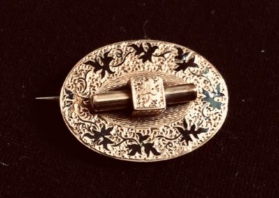 10 karat gold and enameled Victorian pin