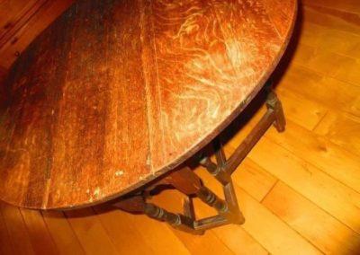 A diminutive gateleg table constructive quarter-sawn oak